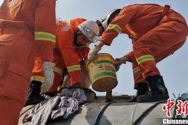 男子清洗抽糞罐車掉入罐中 消防員切割罐體救人