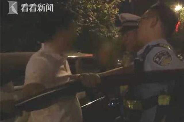 醉驾司机换座位被发现 女乘客竟疯狂指责交警