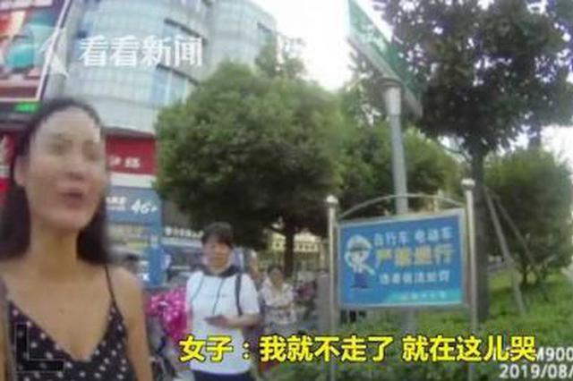 女子机动车道上推婴儿车 拒交罚款扔下孩子就走