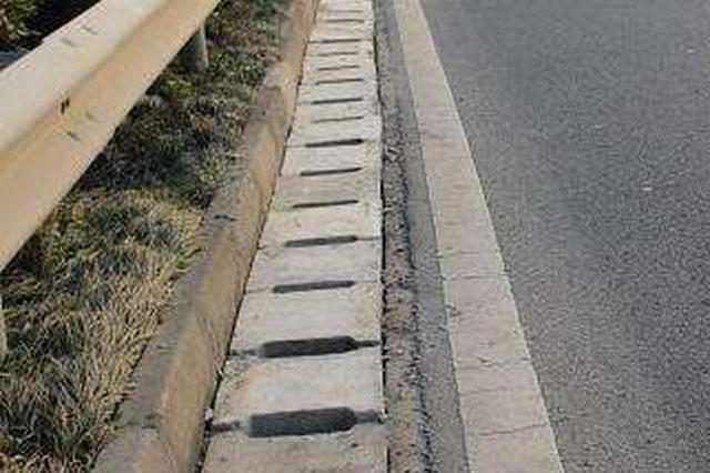 """高速公路排水沟成""""陷阱"""" 有人中招了"""