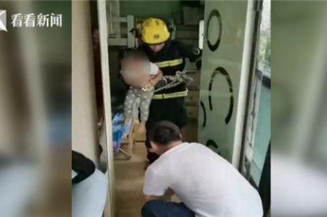"""2岁女童被反锁屋内哇哇大哭 """"蓝朋友""""索降解困"""