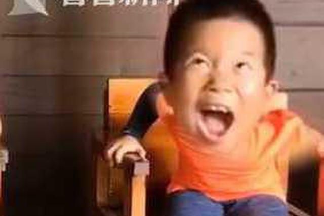 """7岁男孩做鱼疗痒出""""鹅式""""笑声 周围游客全被带动"""