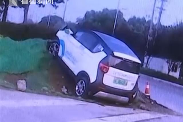 凌晨租共享汽车撞上土堆 肇事司机逃逸原因成谜