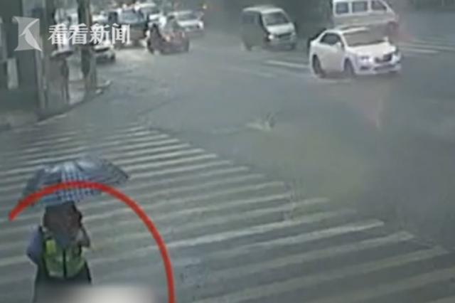 暴雨突袭红绿灯故障 他们冲向了站在路边的学生