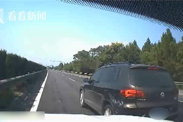 江西:小车违规变道被撞停 之后司机竟做出更危险举动