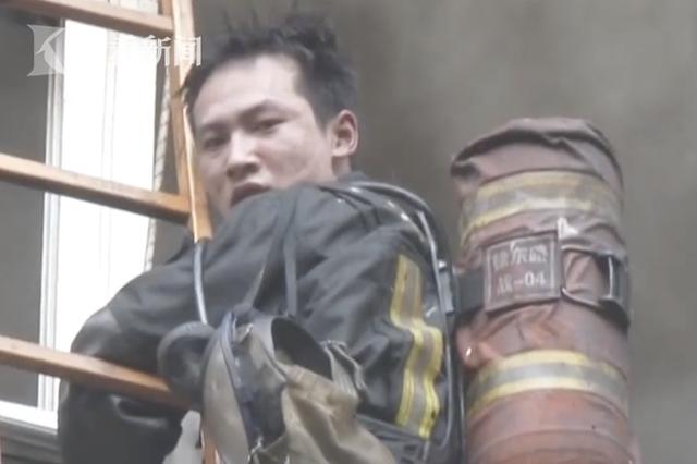 消防员救火被困阳台 回头瞬间脸色苍白让人心疼