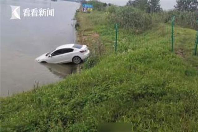 轻信导航男子将车开进河里 民警一查事情不简单