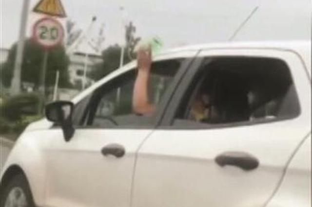 司机一手持吊瓶一手开车 背后故事让人有些心酸