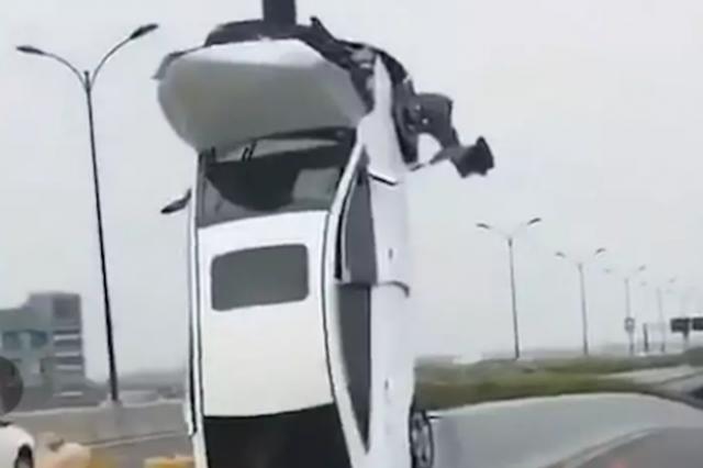 """视频曝光!司机把车""""开上天"""" 警方通报来了"""
