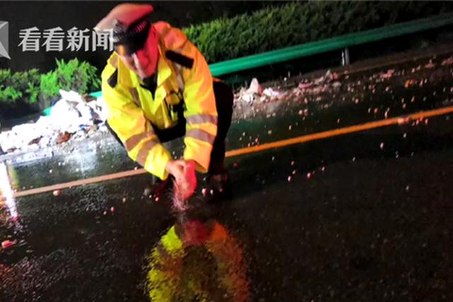 交警用路边积水洗手意外走红 照片背后竟是这样