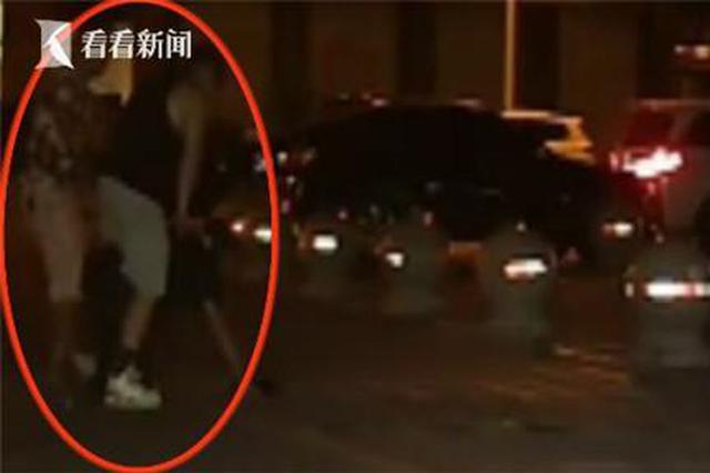 男子闯杆被拦 竟骑在66岁保安大叔身上殴打