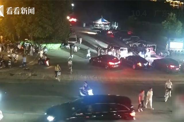 17秒集結!大人小孩被壓車底 眾人抬車救人