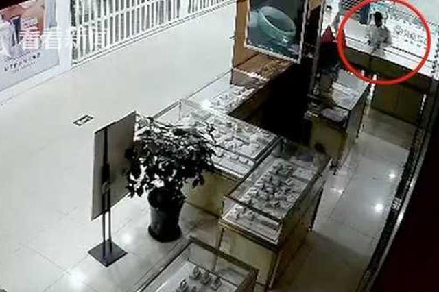 老板一个疏忽!珠宝店4次被盗 往柜台一看惊了
