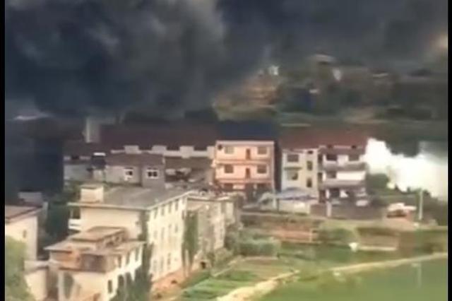 鹰潭一酒厂着火外墙坍塌 12辆消防车赶赴现场
