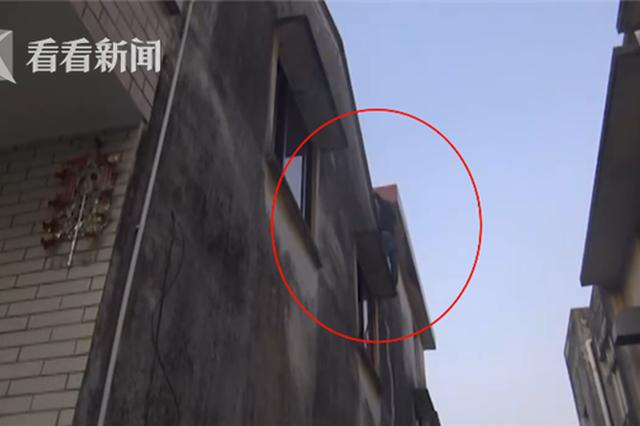 小偷逃跑被困阳台 消防把他救下交给警察