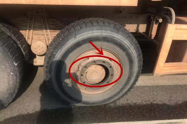 """惊险!赣州街头一渣土车轮胎""""飞""""出 砸中电动车车主"""