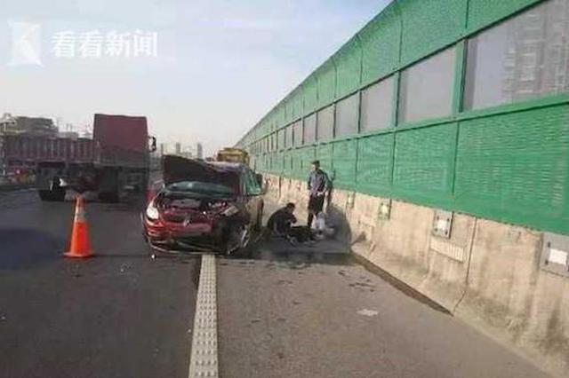 """高速上出事故司机昏迷 民警车内发现""""意外""""线索"""