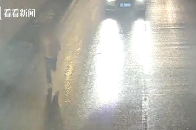 交警夜查司机弃车就跑 竟在隧道内抛洒毒品
