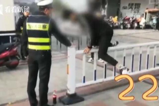 俩小伙翻护栏被抓现行 交警直接让他俩翻过瘾