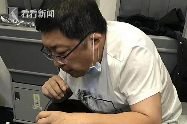 老人飞机上突发疾病 医生自制装置用嘴吸尿救人