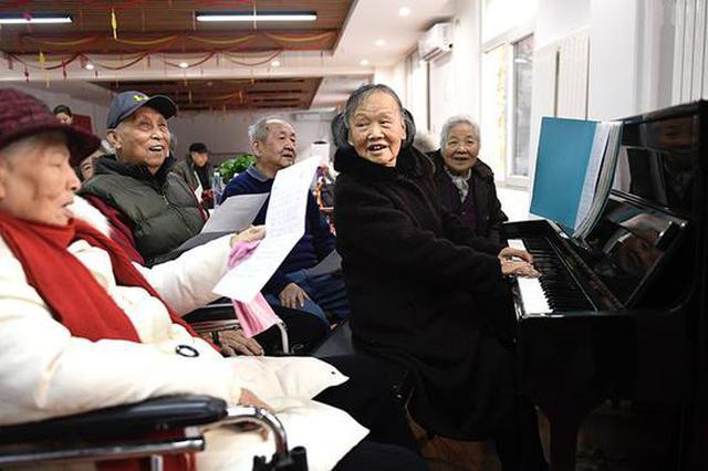 """八旬老人""""再上岗"""" 养老院里教唱歌教画画"""