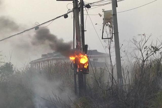 变压器起火致水管爆裂漏电 九江消防紧急处置