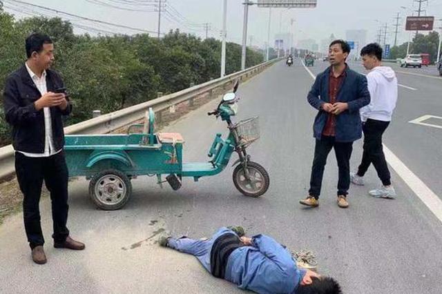 老太路上晕倒昏迷不醒 下班交警及时送医抢救