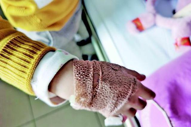 九岁娃被卡众人救援 蛋糕店师傅百米冲刺送医