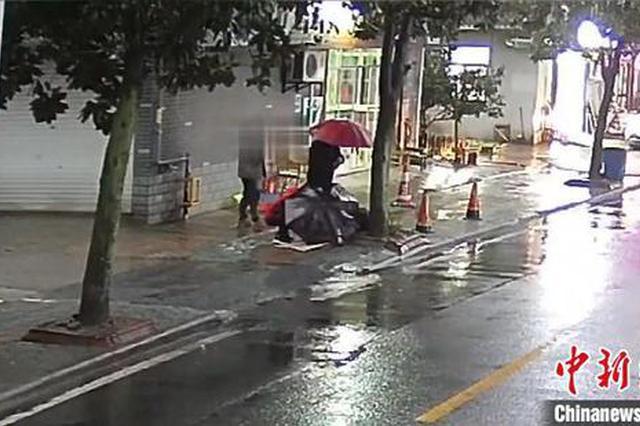 """八旬老人不慎摔倒在地 路人、民警雨中""""接力""""守护"""