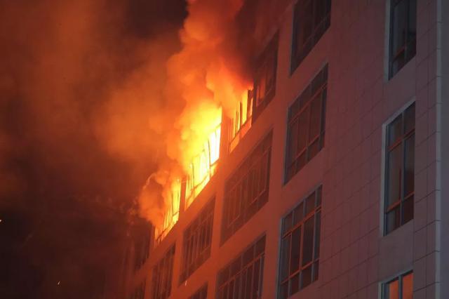 九江锂电池厂房起火电火光喷出 消防2小时紧急扑救