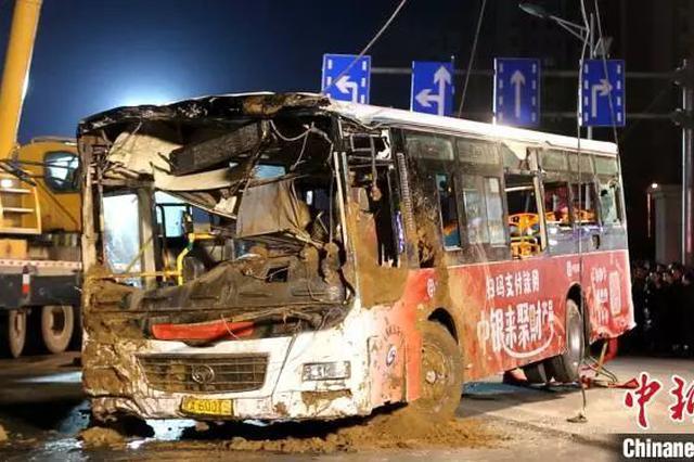 悲剧!路面塌陷人、车陷入坑内 已致9人死亡