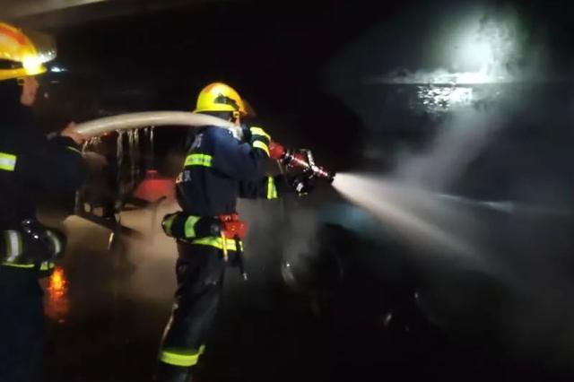 现场视频!开着开着 九江八里湖一车瞬间燃起了大火