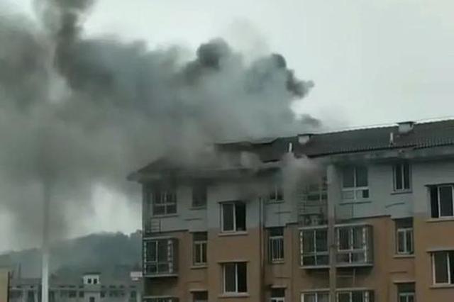 浓烟弥漫!贵溪一小区民房突发大火 无人员伤亡