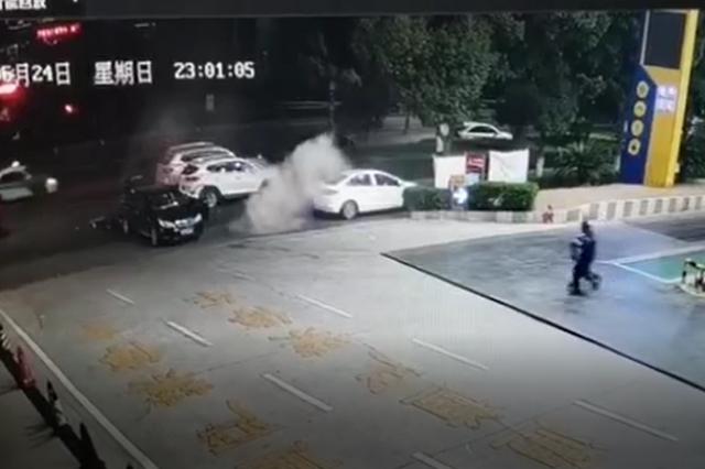 九江开发区大润发旁出现惊险一幕 起火轿车开进加油站