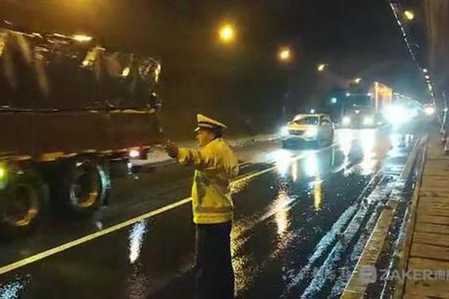 济广高速一隧道遭泥石流侵袭道路封闭 被困车辆已拖离