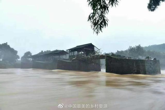 全国重点文保单位、婺源彩虹桥部分桥面被洪水冲毁