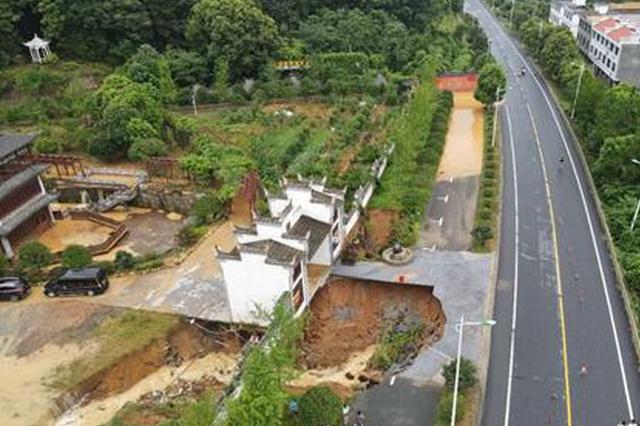吉安青东公路江右酒寨门口公路被洪水冲毁
