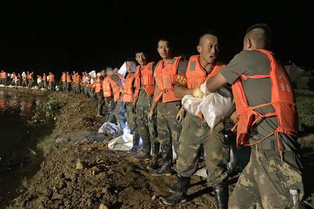 鄱阳一地发生管涌 百余名火箭军官兵军歌中排险