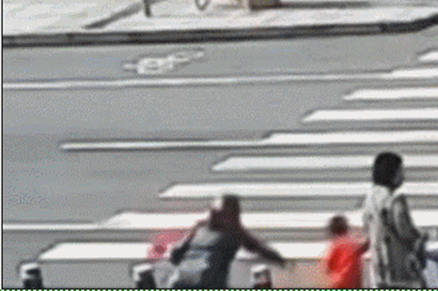 10岁男孩被电动车撞飞!江西一小区发生惊险一幕