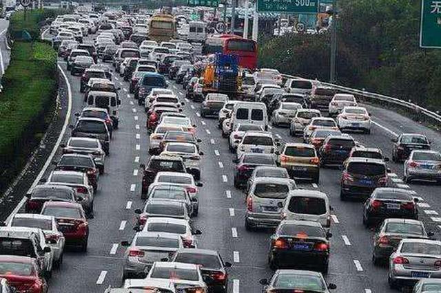 江西高速车流开始增多 车辆碰擦追尾不断