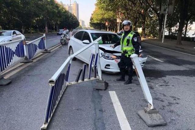 南昌沿江北大道多车连环相撞 护栏倒了一地