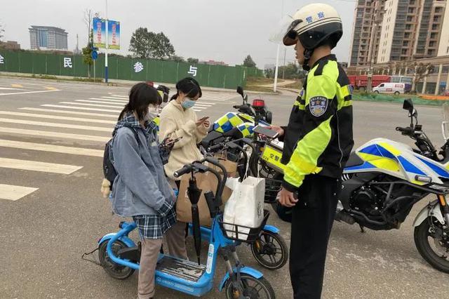 抚州严查驾驶非机动车使用手机、打伞等违法行为