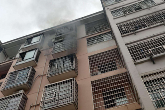 宜春一小区突发火灾 两民警从火场拎出煤气罐…