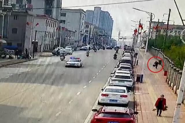 男子携带3个背包看见民警就跑 金溪街头上演抓捕大片