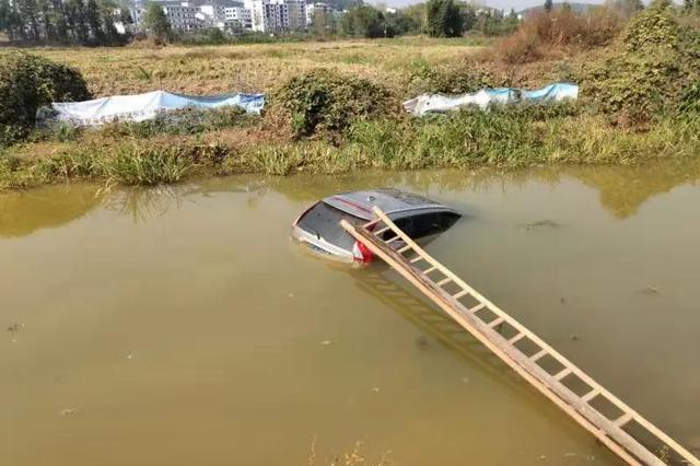 宜春一男子驾车去钓鱼 却连人带车落水中险喂鱼