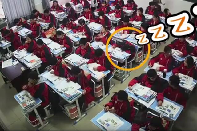 暖心!吉安一老师捏肩叫醒课堂睡觉女生