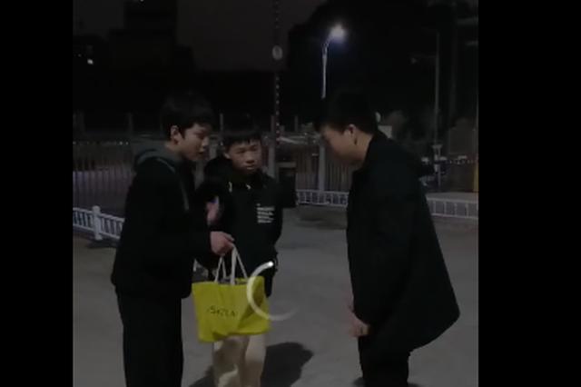 夜晚 抚州两名中学生将一手提袋匆匆交给民警…