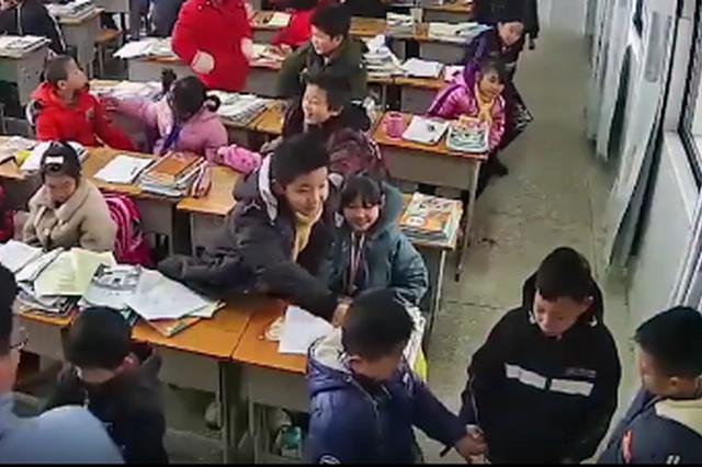 永丰县两男孩课间起冲突 老师罚他们牵手2分钟