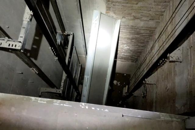 险!信丰一工人背对电梯一脚踏空 坠入电梯井