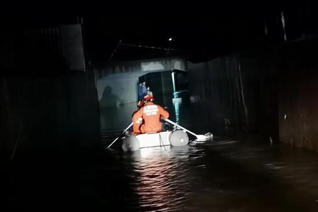 危险!九江一涵洞积水达4米 5人被困车顶…
